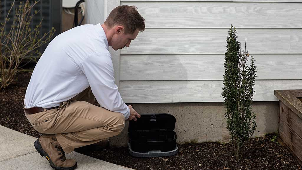 An exterminator is doing rodent control in Camas, WA